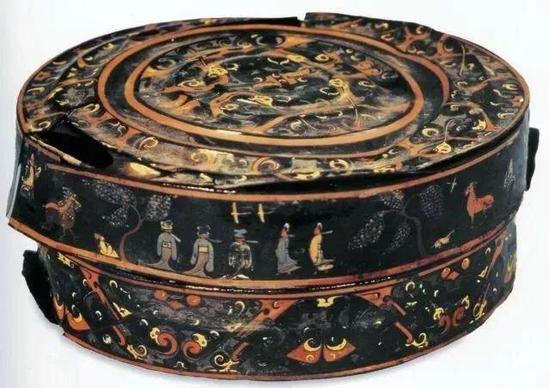 彩绘出行图夹�胎漆奁 战国 湖北省博物馆藏