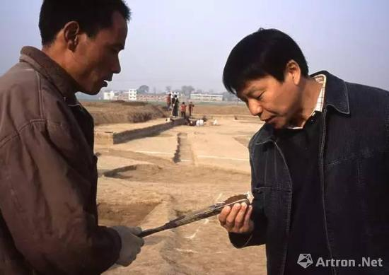 考古人在辨别洛阳铲钻探出的土