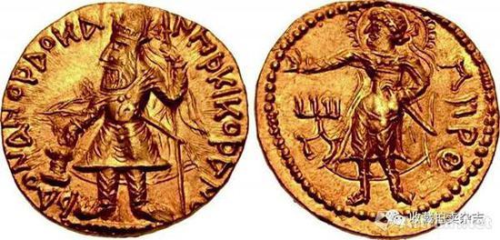 | 迦腻色伽一世 1第纳尔金币 公元127-151头戴加冕冠,肩上火焰,手持权杖,供奉祭坛的国王站像(正)头顶光环手持短剑的太阳神米罗站像(反)