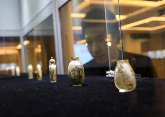 一百余件清末至民国时期内画鼻烟壶在琉璃厂虹光阁展出。摄影/新京报记者 浦峰