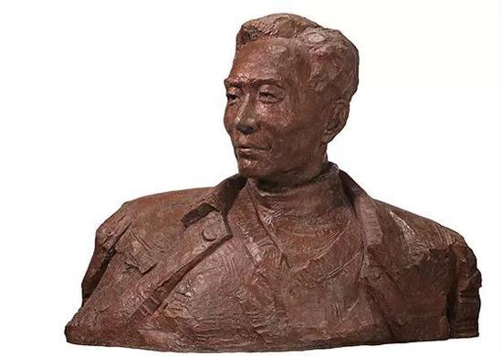 《焦裕禄》 吴为山,110cm长x50cm宽x230cm高(含底座),青铜,2016年