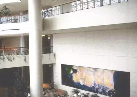 ▲赵无极《1985年6月至10月》展出于新加坡莱佛士城