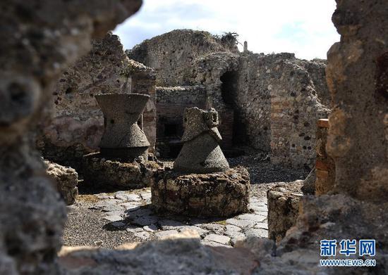 意大利庞贝古城中磨盘及面包房遗迹。新华社记者 王庆钦 摄