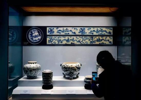 ▍在故宫博物院展厅内拍照的观众