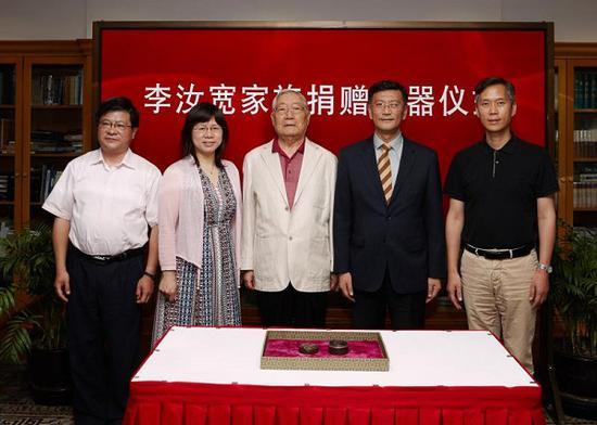 """收藏家李经泽先生捐赠汉代至三国时期""""剔犀云纹圆盒""""给上海博物馆"""