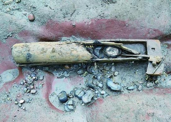 图说:江口沉银中发现的唯一一具藏银木鞘。