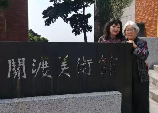 台湾著名艺术评论家胡永芬与姥姥亲密合影