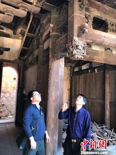 陈修俊(右)介绍陈氏古厝雕刻艺术。 陈仁杰 摄