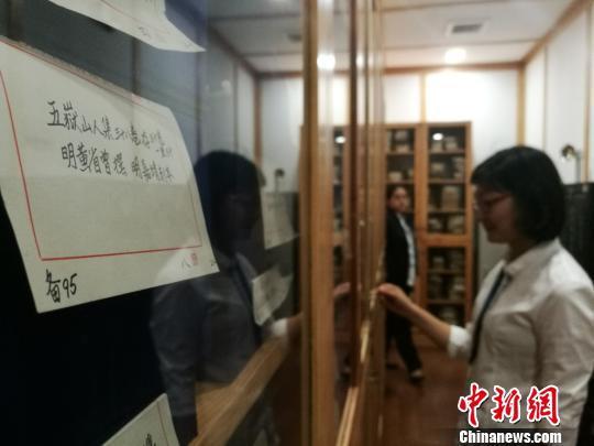 馆员正在整理馆藏的古籍。 钟升 摄