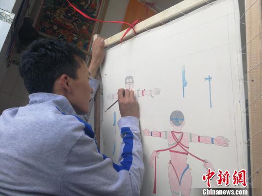 图为唐卡画师在画藏医药唐卡。资料图 赵延 摄