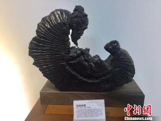 图为郑兴国曾在西班牙展出的根雕作品。