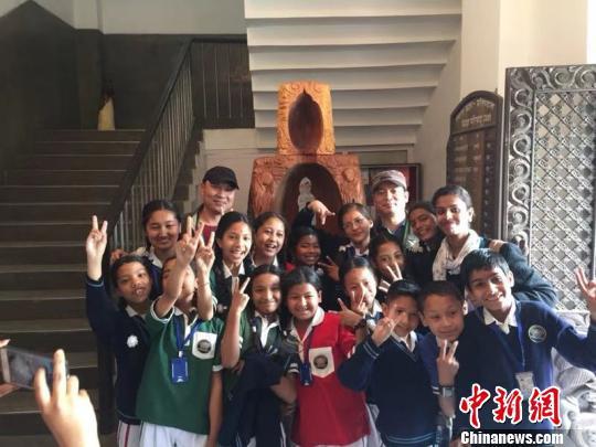图为郑兴国携嵊州根雕走向尼泊尔。 受访者供图 摄