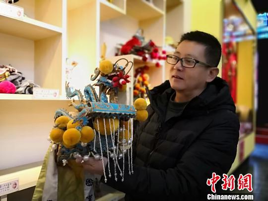 图为李丹宇介绍崆峒笑谈剧团表演服装。 魏建军 摄