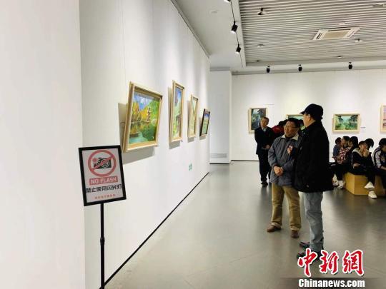 本次展览共展出了油画作品百余幅,风格迥异,题材多样。 刘锡菊 摄