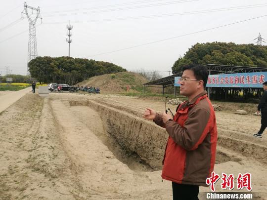 周润垦在介绍发掘出的古河道遗址。 钟升 摄
