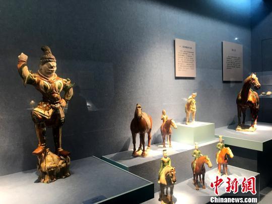 图为展出的唐三彩,从一个倒面反映了唐朝的政治、经济、文化、风俗等内容,与诗歌、绘画、建筑等共同组成了唐王朝文化的丰富旋律。 崔佳明 摄
