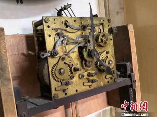 图为老钟内部精细的机械结构 武一力 摄