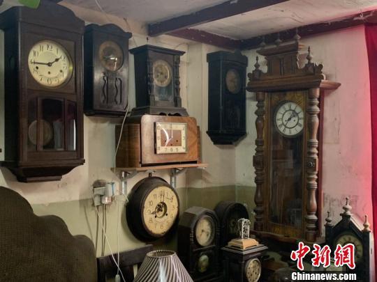 图为曹庆吉收藏的部分古董座钟 武一力 摄