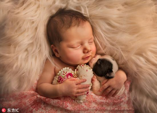 国外摄影师拍摄宝宝与宠物的温馨瞬间