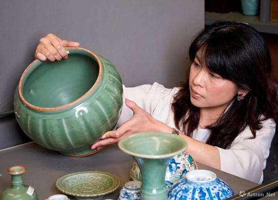 佳士得中国瓷器及艺术品部专家何懿行与我们细品宋、金、元朝的青瓷之美