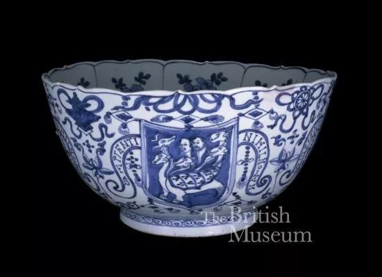 大英博物馆藏明代《青花徽章和题字纹克拉克碗》