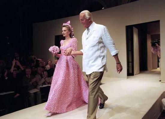 1995年,巴黎,于贝尔·德·纪梵希和他的模特在秋冬时装系列