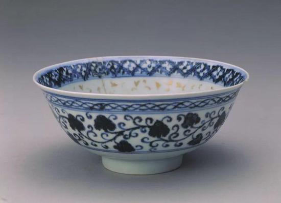 明永乐青花加金彩缠枝苜蓿花纹碗现藏于故宫博物院