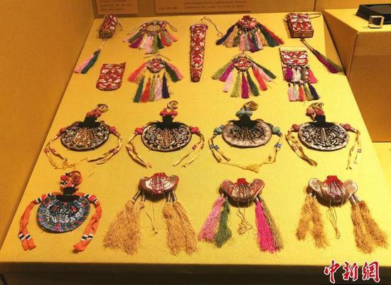 午门展览大厅中展出的紫禁城迎新吉祥礼物。