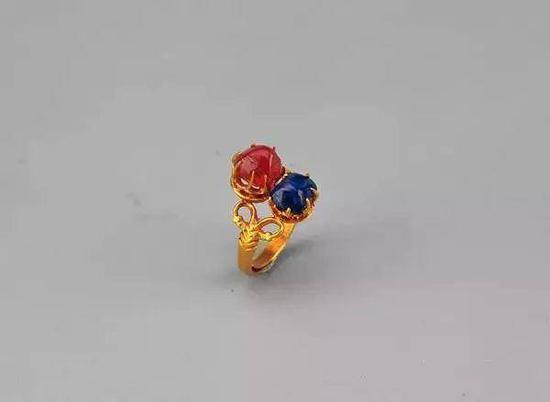 金镶红蓝宝石戒指