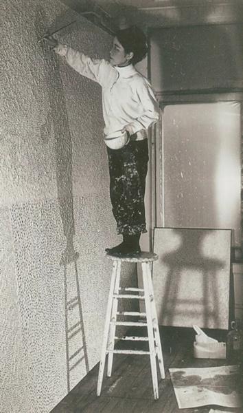 草间弥生,1958-1959年摄于工作室 ? YAYOI KUSAMA