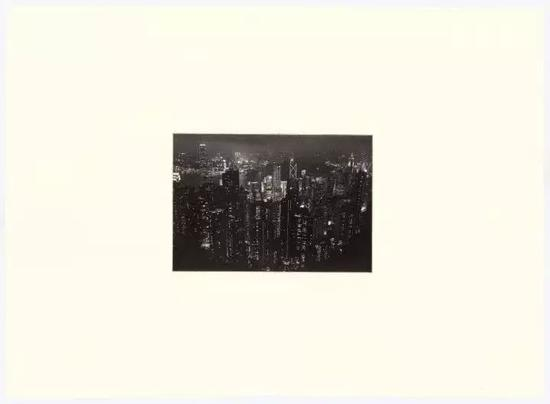 梁奥迪参展作品《太平山顶,香港(黑)》 2016 聚合物板凹版印刷56.25 × 77 cm
