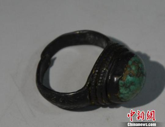 图为明镶绿松石戒指 钟欣 摄