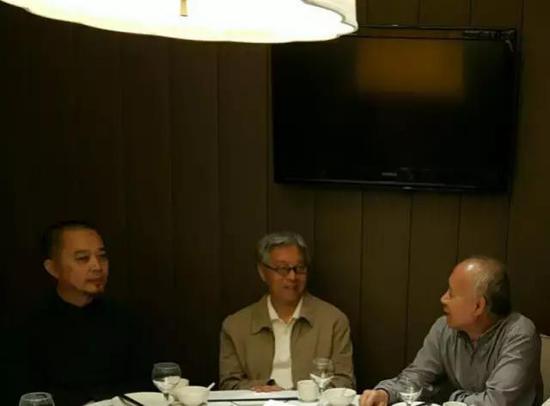 张天志邀请当代艺术理论家高名潞(左二)编写《中国当代艺术史》