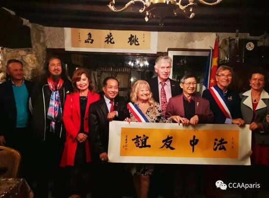 黄建南书写书法《法中友谊》送给大巴黎热涅市(JAIGNES)市政府。