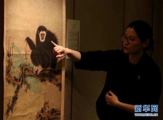 3月7日,工作人员介绍张大千的《老树清猿》。新华社记者 李钢 摄