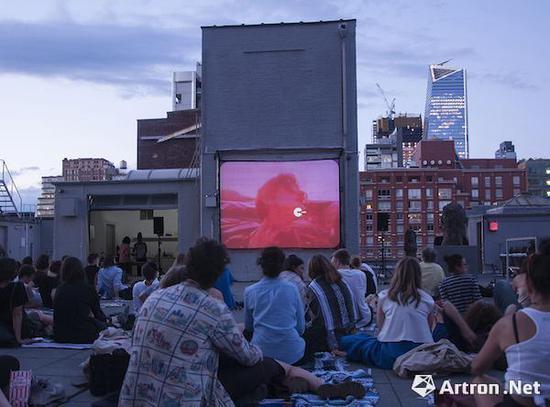 豪瑟沃斯画廊纽约空间屋顶的电影放映活动现场 ? Courtesy of Hauser & Wirth