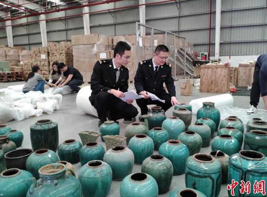 图为深圳海关关员在清点移交文物。