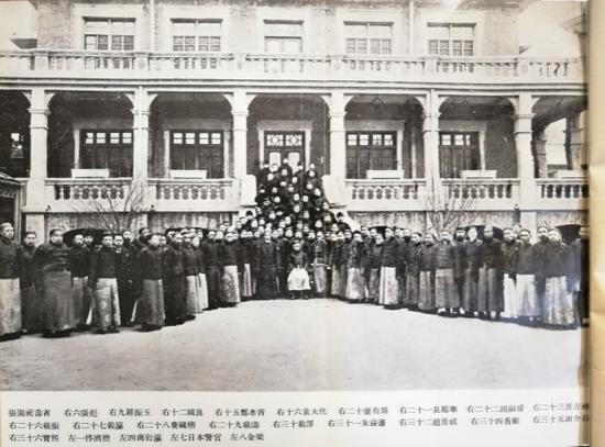 天津张园时代的溥仪及其祝寿者(图片来自香港文通书店版《我的前半生》)