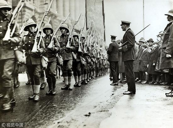 1927年3月,格洛斯特郡团和达累姆轻步兵团进入上海,英国军队驻守上海是为了保护英租界。/视觉中国