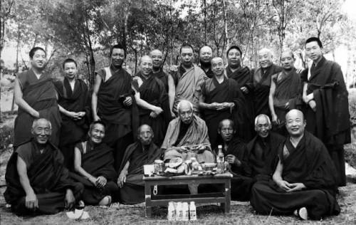 当年青海热贡吾屯下寺丹贝尖参上师与老僧人们一起留影