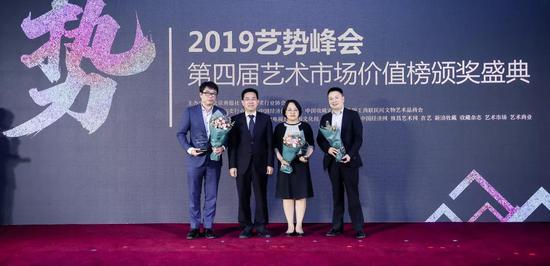 中国拍卖行业协会会长黄小坚为获奖嘉宾颁奖