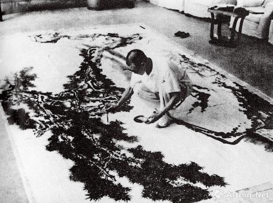 1964年潘天寿在杭州华侨饭店作大画