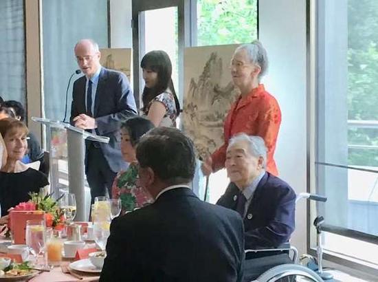 2018年7月28日,翁万戈(右一)在百岁寿辰庆祝会上。