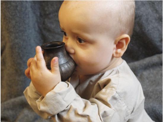 """科学家首次发现史前婴儿用""""奶瓶""""喂养的证据"""