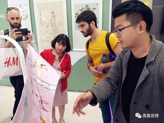意大利米兰理工大学设计学院副院长MARIA LUISAGALBIATI教授在交流中,对禹凰宫绣的品牌价值与发展思路给予认可,希望可以对意大利的设计力量与中国刺绣产业进行链接,建立跨国产业通道