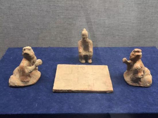 陶六博俑,汉代,成都体育学院博物馆藏