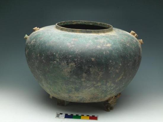 ▲青铜器窖藏H1445中出土的浴缶 。