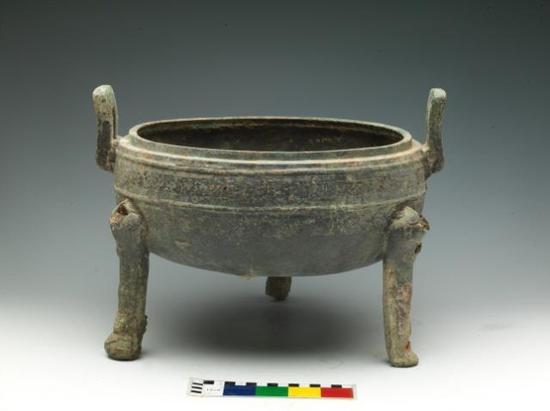 ▲青铜器窖藏H1445中出土的铜鼎。