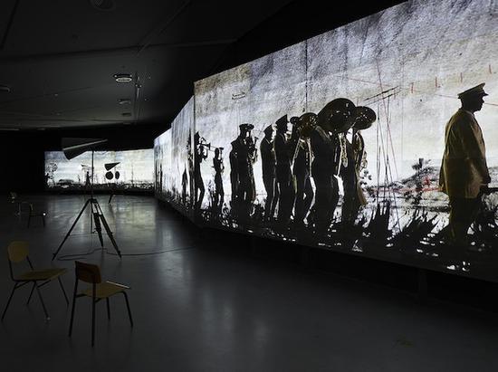 威廉·肯特里奇的多媒体装置作品《更加甜美地舞蹈》八频道视频装置