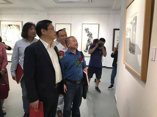 中国美术家协会分党组书记、驻会副主席、秘书长徐里先生与画家耿宏亮先生参观展览